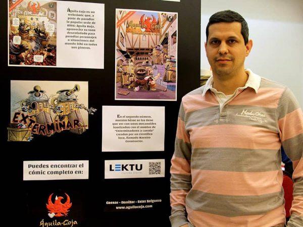 DaniZar junto a la Exposición de Águila Coja